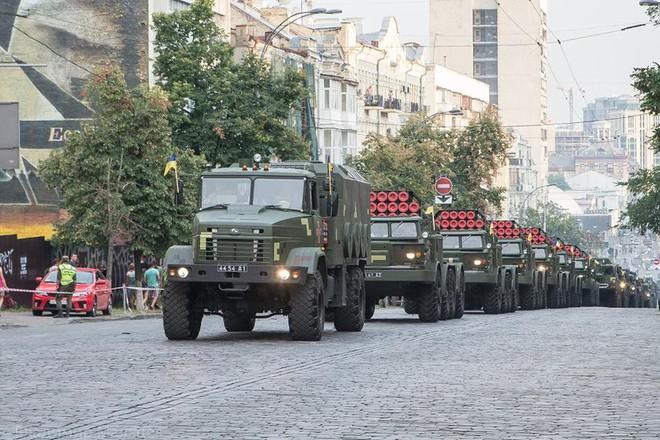 Ukraine duyệt binh, khoe sức mạnh quân sự răn đe ly khai miền Đông - Ảnh 8.