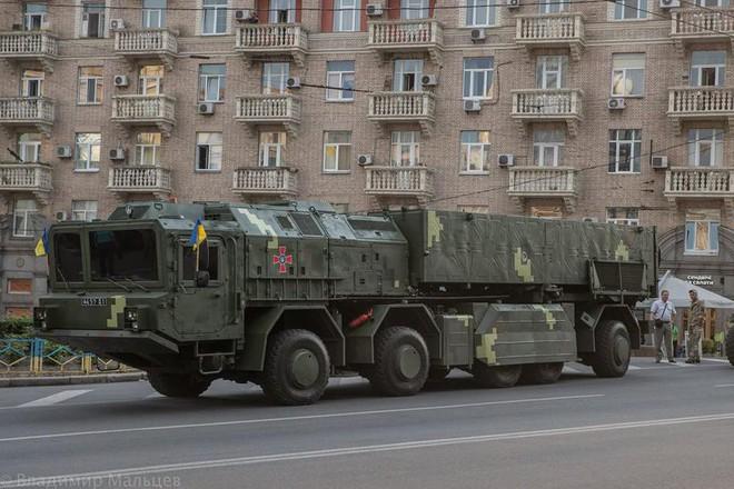 Ukraine duyệt binh, khoe sức mạnh quân sự răn đe ly khai miền Đông - Ảnh 9.