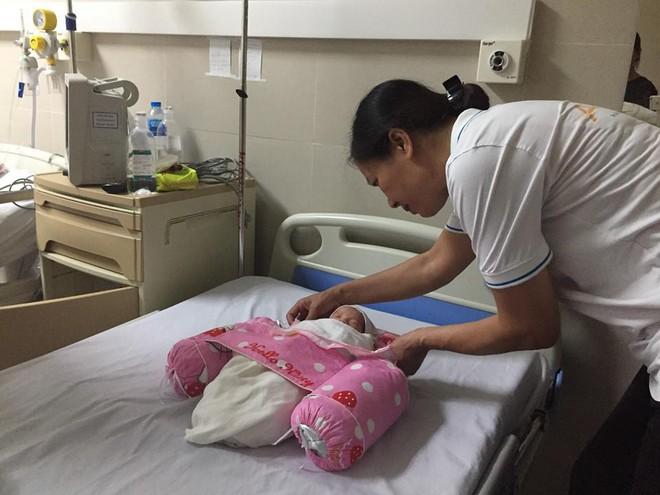 Kỳ tích ở BV Thanh Nhàn - Hà Nội: Em bé sống 3 tháng trong bụng mẹ bị tai nạn, hôn mê sâu - Ảnh 1.