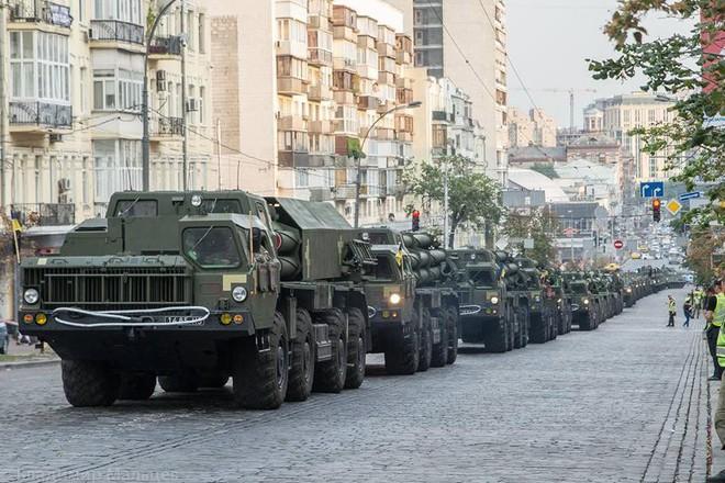 Ukraine duyệt binh, khoe sức mạnh quân sự răn đe ly khai miền Đông - Ảnh 7.
