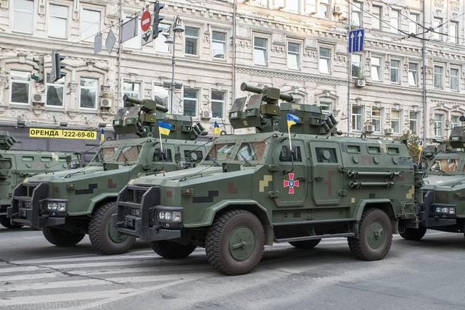 Ukraine duyệt binh, khoe sức mạnh quân sự răn đe ly khai miền Đông - Ảnh 3.