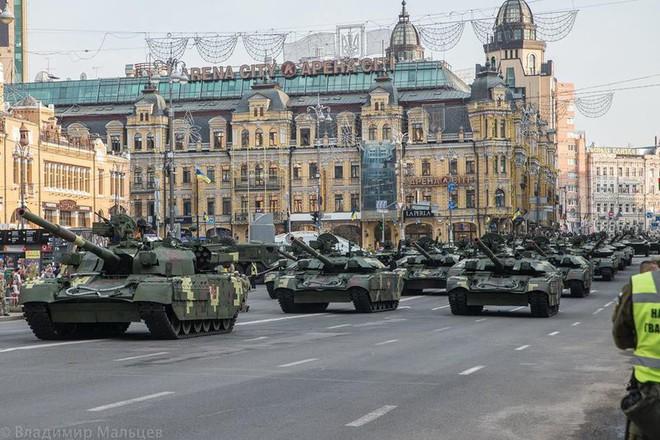 Ukraine duyệt binh, khoe sức mạnh quân sự răn đe ly khai miền Đông - Ảnh 4.