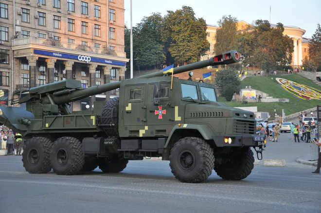 Ukraine duyệt binh, khoe sức mạnh quân sự răn đe ly khai miền Đông - Ảnh 6.
