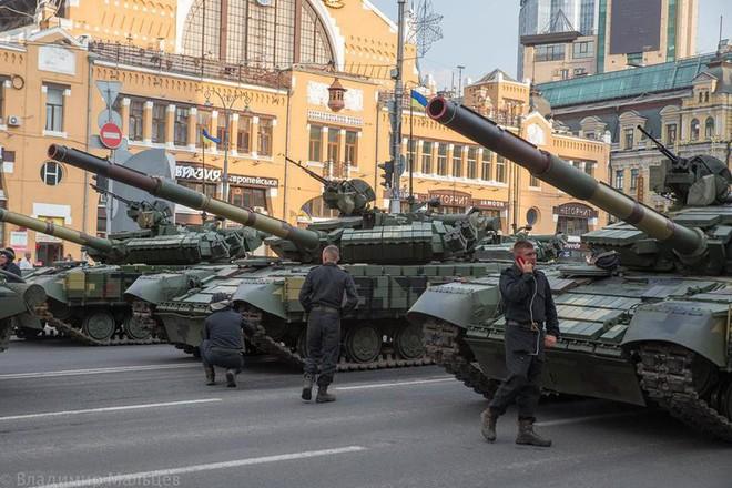 Ukraine duyệt binh, khoe sức mạnh quân sự răn đe ly khai miền Đông - Ảnh 5.
