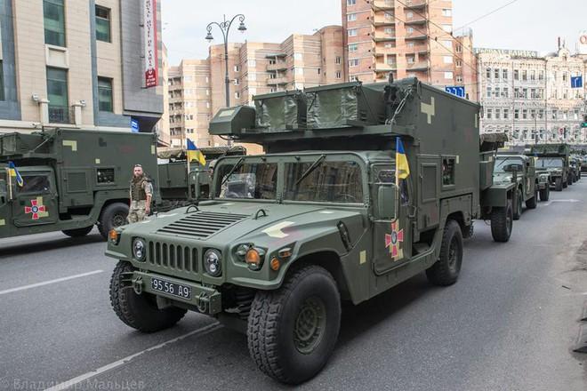 Ukraine duyệt binh, khoe sức mạnh quân sự răn đe ly khai miền Đông - Ảnh 2.