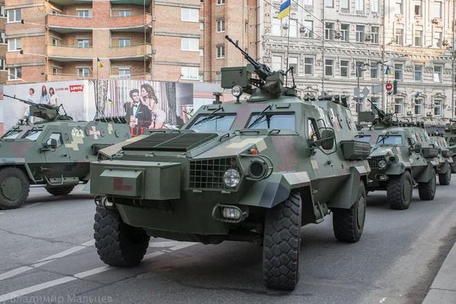 Ukraine duyệt binh, khoe sức mạnh quân sự răn đe ly khai miền Đông - Ảnh 1.
