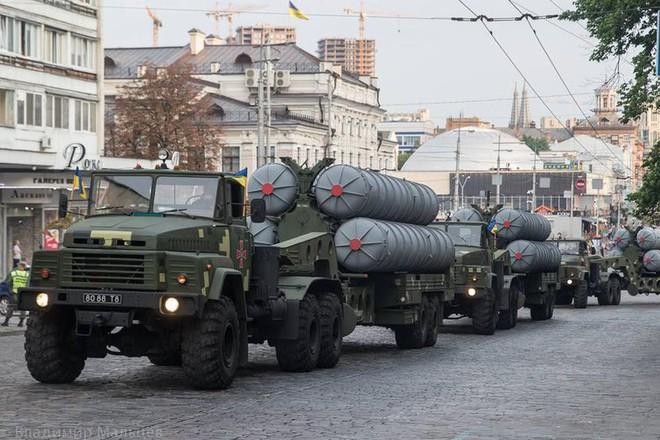 Ukraine duyệt binh, khoe sức mạnh quân sự răn đe ly khai miền Đông - Ảnh 12.