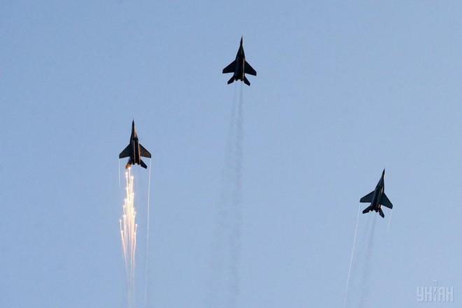 Ukraine duyệt binh, khoe sức mạnh quân sự răn đe ly khai miền Đông - Ảnh 15.