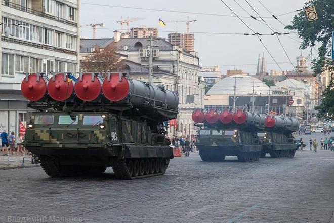 Ukraine duyệt binh, khoe sức mạnh quân sự răn đe ly khai miền Đông - Ảnh 11.