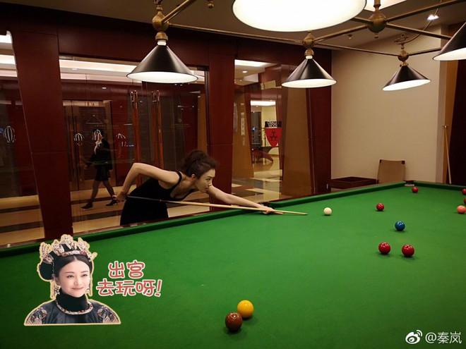 Dịu dàng là thế trong phim, ai mà ngờ Hoàng Hậu Tần Lam ngoài đời thực lại ngầu hết nấc! - Ảnh 1.
