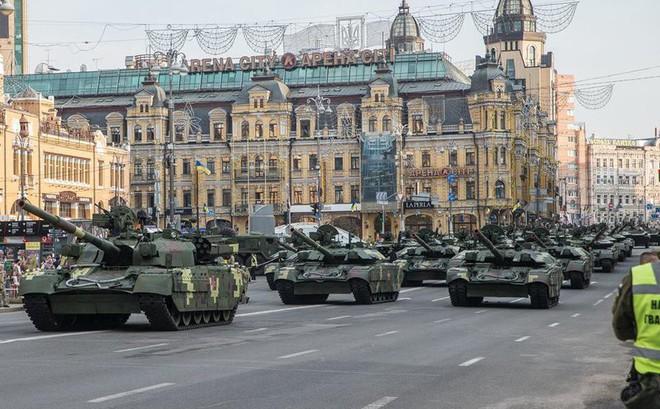 Ukraine duyệt binh, khoe sức mạnh quân sự răn đe ly khai miền Đông