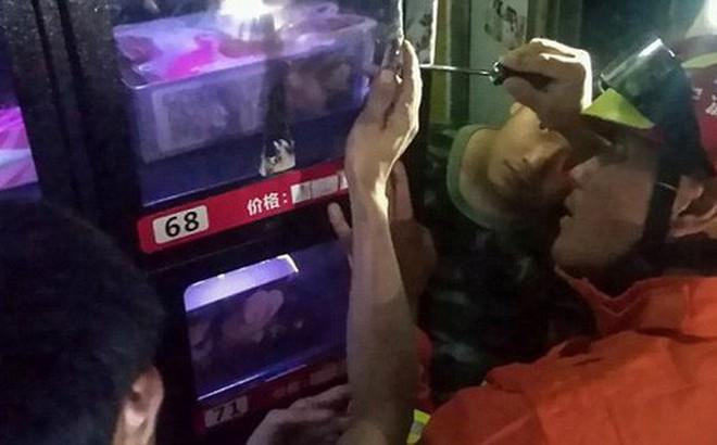 Cố móc món đồ chơi người lớn trong máy bán hàng tự động, chàng trai bị mắc kẹt ngón tay phải gọi đội cứu hộ đến giải cứu