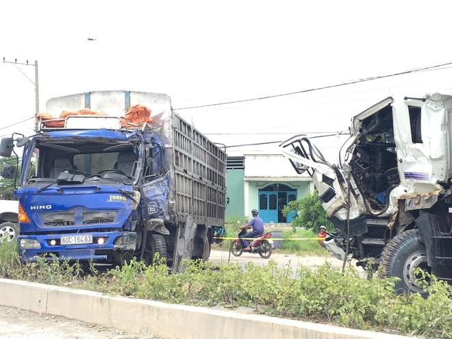 Xe ben gây tai nạn liên hoàn khiến 3 ô tô dính vào nhau, 2 người mắc kẹt trong cabin - Ảnh 1.
