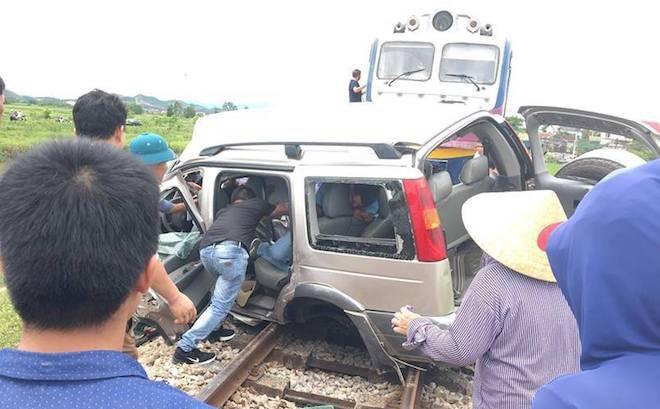Về quê thắp hương ngày rằm, ô tô 7 chỗ bị tàu hỏa tông, 2 người tử vong tại chỗ
