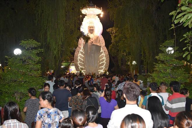 [Chùm ảnh] Hàng nghìn người dân thả đèn hoa đăng trong ngày lễ Vu lan tại TPHCM - Ảnh 1.