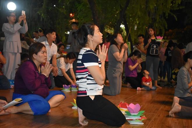[Chùm ảnh] Hàng nghìn người dân thả đèn hoa đăng trong ngày lễ Vu lan tại TPHCM - Ảnh 2.