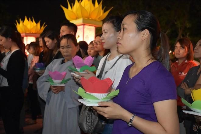 [Chùm ảnh] Hàng nghìn người dân thả đèn hoa đăng trong ngày lễ Vu lan tại TPHCM - Ảnh 3.
