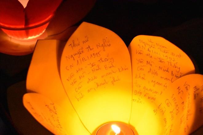 [Chùm ảnh] Hàng nghìn người dân thả đèn hoa đăng trong ngày lễ Vu lan tại TPHCM - Ảnh 5.