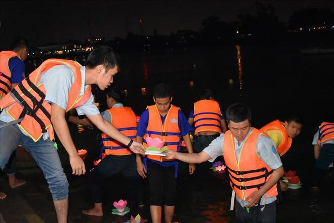 [Chùm ảnh] Hàng nghìn người dân thả đèn hoa đăng trong ngày lễ Vu lan tại TPHCM - Ảnh 7.