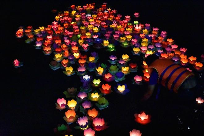 [Chùm ảnh] Hàng nghìn người dân thả đèn hoa đăng trong ngày lễ Vu lan tại TPHCM - Ảnh 8.