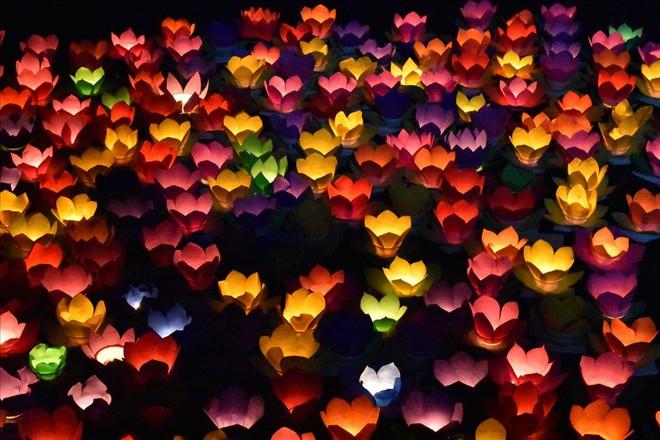 [Chùm ảnh] Hàng nghìn người dân thả đèn hoa đăng trong ngày lễ Vu lan tại TPHCM - Ảnh 9.