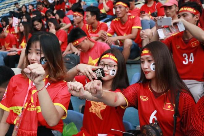 Trắng đêm lắp màn hình 30m2 phục vụ 5000 cổ động viên trận đấu Việt Nam - Syria - Ảnh 3.