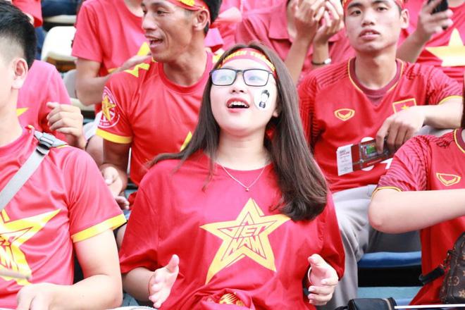 Trắng đêm lắp màn hình 30m2 phục vụ 5000 cổ động viên trận đấu Việt Nam - Syria - Ảnh 4.