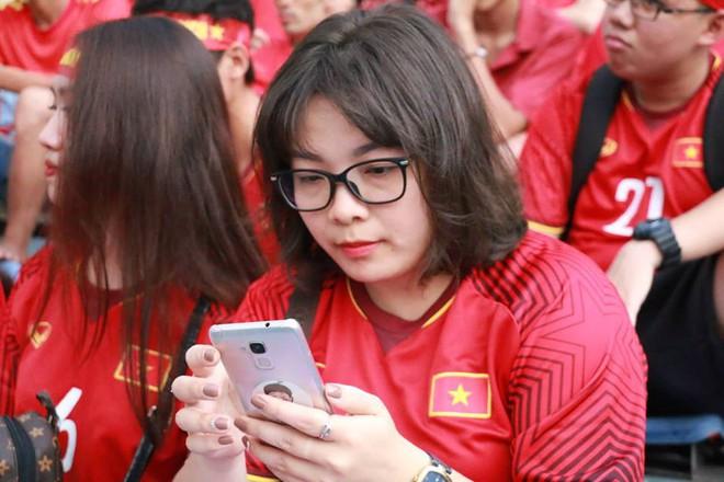 Trắng đêm lắp màn hình 30m2 phục vụ 5000 cổ động viên trận đấu Việt Nam - Syria - Ảnh 5.
