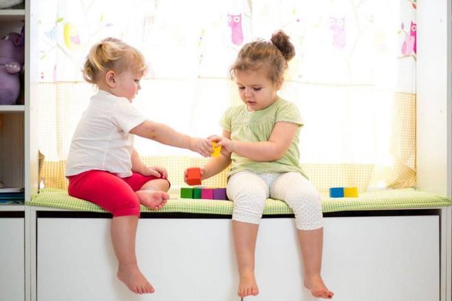 2 đứa trẻ đánh nhau tranh đồ chơi, cách ứng xử của 2 bà mẹ khiến người ngoài sốt ruột - Ảnh 1.