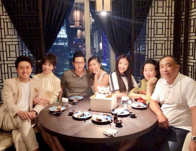 Vợ chồng Hari Won - Trấn Thành tưng bừng mở tiệc chúc mừng sinh nhật bố - Ảnh 1.