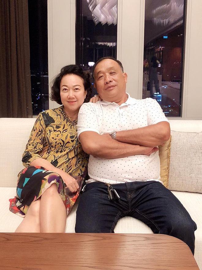 Vợ chồng Hari Won - Trấn Thành tưng bừng mở tiệc chúc mừng sinh nhật bố - Ảnh 2.