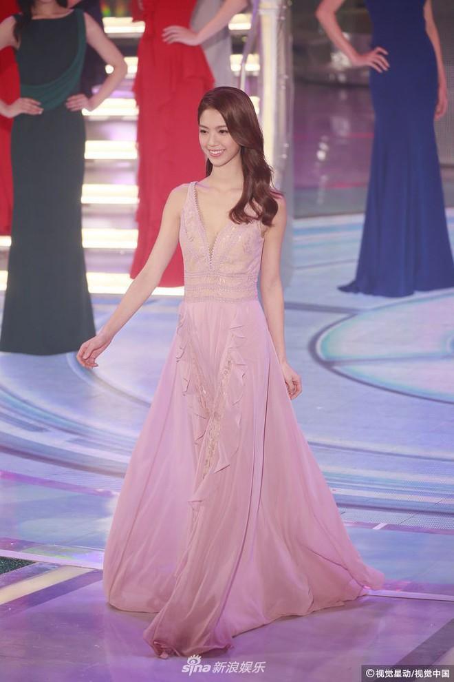 Chung kết Hoa hậu Hong Kong 2018: Người giành vương miện bị chê lép, dân tình than trời vì Á hậu 1 và 2 - Ảnh 17.