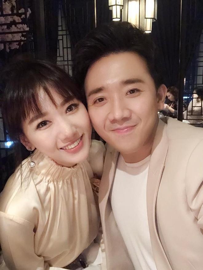 Vợ chồng Hari Won - Trấn Thành tưng bừng mở tiệc chúc mừng sinh nhật bố - Ảnh 4.