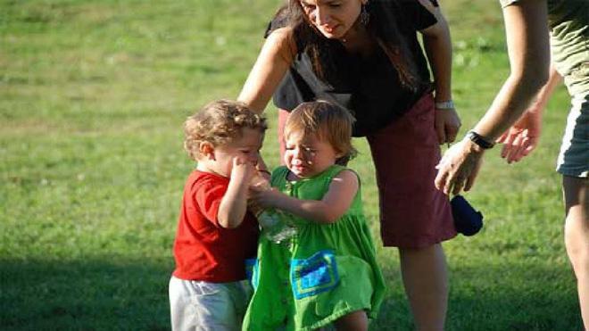 2 đứa trẻ đánh nhau tranh đồ chơi, cách ứng xử của 2 bà mẹ khiến người ngoài sốt ruột - Ảnh 4.