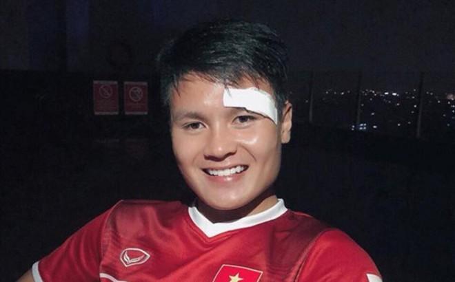 Quang Hải xuất hiện với mí mắt băng trắng, cười tươi thông báo vẫn khỏe sau khoảnh khắc đổ máu!