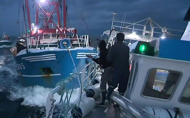 Giành sò điệp, ngư dân Anh - Pháp đại chiến ở eo biển Manche