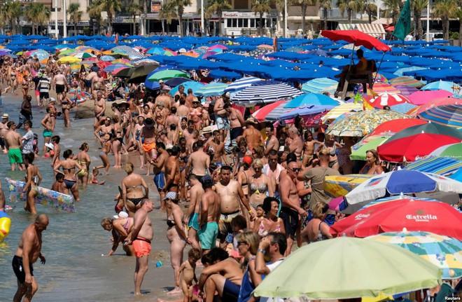 24h qua ảnh: Bể bơi đông đặc người giữa nắng nóng khủng khiếp ở Hàn Quốc - Ảnh 5.