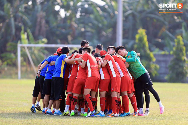 Bàn tay nắm chặt của Văn Quyết và những biểu cảm khiến CĐV nhớ mãi về U23 Việt Nam - Ảnh 10.