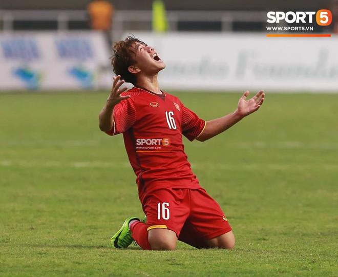 Bàn tay nắm chặt của Văn Quyết và những biểu cảm khiến CĐV nhớ mãi về U23 Việt Nam - Ảnh 2.