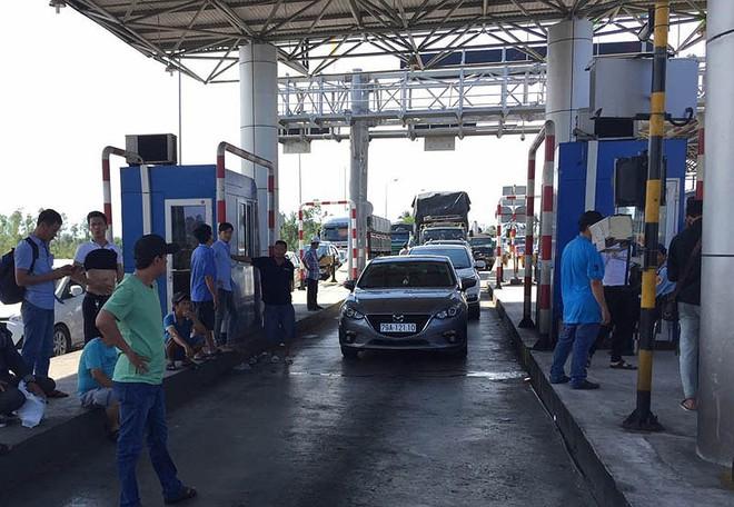 BOT Ninh Lộc lại xả trạm do tài xế đỗ xe giữa làn thu phí - Ảnh 1.
