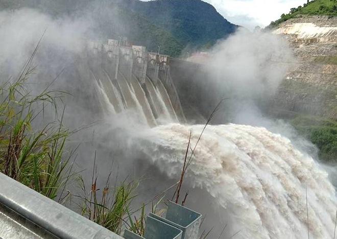 Nghệ An: Đập thủy điện xả lũ do mực nước cao lịch sử, cầu Bản Vẽ dài hơn 90m bị cuốn phăng - Ảnh 1.
