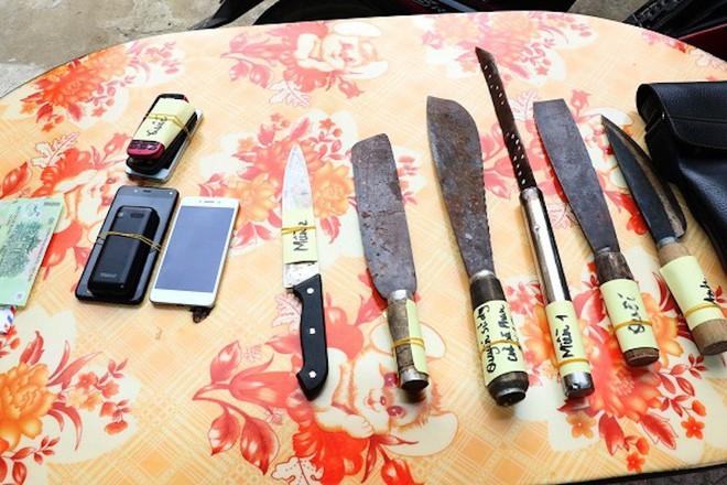 Bắt nhóm thanh niên mang dao, kiếm chuyên cướp người đi đường trong đêm - Ảnh 2.