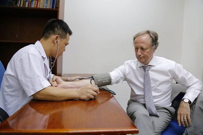 Đại sứ Liên minh châu Âu tại Việt Nam hiến máu đang khan hiếm - Ảnh 1.