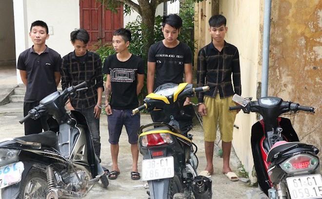 Bắt nhóm thanh niên mang dao, kiếm chuyên cướp người đi đường trong đêm