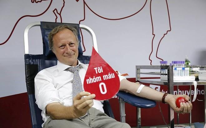 Đại sứ Liên minh châu Âu tại Việt Nam hiến máu đang khan hiếm