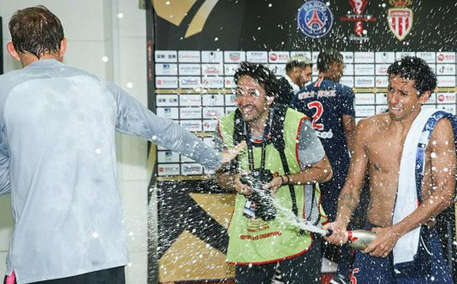 Hủy diệt Monaco trong trận Siêu cúp Pháp, Neymar cùng đồng đội đột kích phòng họp báo và tưới bia lên đầu HLV Tuchel