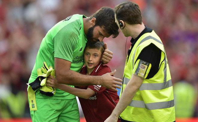 Chạy vào sân ôm thủ môn đắt nhất thế giới, fan nhí nhận món quà để đời