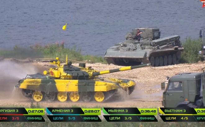 """Chiếc xe lạ """"rình"""" tóm xe tăng T-72B3 tại Tank Biathlon 2018"""