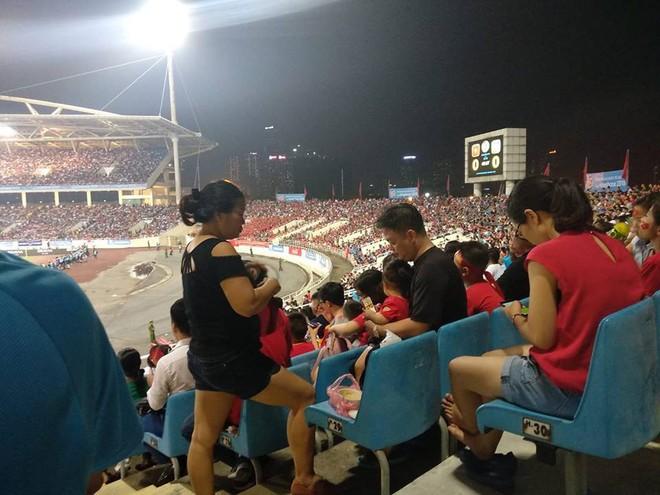 Hình ảnh đặc biệt trên khán đài trận U23 Việt Nam - U23 Uzbekistan vừa kết thúc - Ảnh 1.