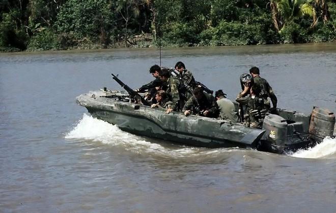 Tại sao đặc nhiệm Hải quân Mỹ (SEALs) mặc quần Jeans xanh khi tham chiến tại Việt Nam? - Ảnh 1.